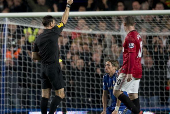 Y más tarde el delantero español Fernando Torres también vio la tarjeta...