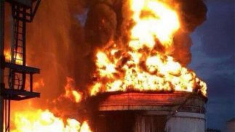 """El incendio se desató en un tanque de almacenamiento de la refinería """"Fr..."""