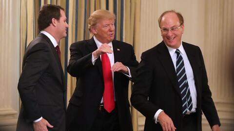El presidente Donald Trump acompañado por el CEO de Walmart, Doug...