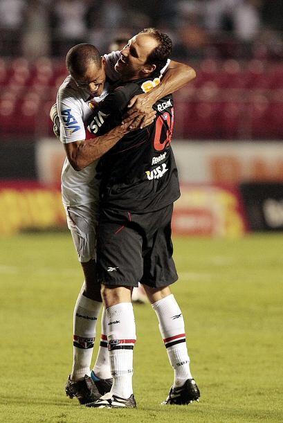 El festejo de dos grandes, Rivaldo y el portero Rogerio Ceni confundidos...