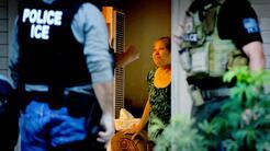 Agentes fedferales de ICE duranten un operativo en Riverside, California.