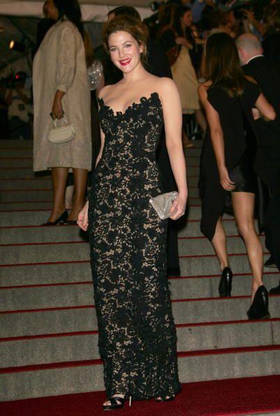 Como belleza traída de otro mundo se ve la actriz Drew Barrymore...