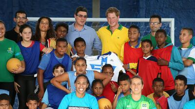 Príncipe Harry juega una cascarita en Brasil