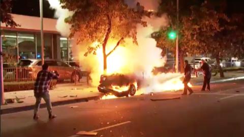 El Honda Accord ardió en llamas al chocar contra un árbol.