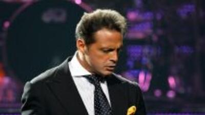 El cantante dejó atrás el misterio y habló en exclusiva para Univision d...