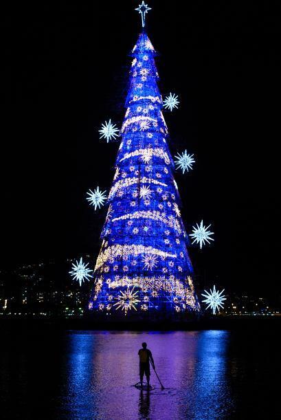 Llegó la navidad a Brasil con este genial árbol navideño flotante, justa...