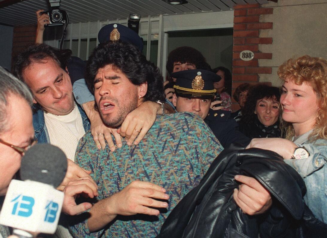 Los 56 años de Diego Maradona, entre la gloria y la controversia Arresta...