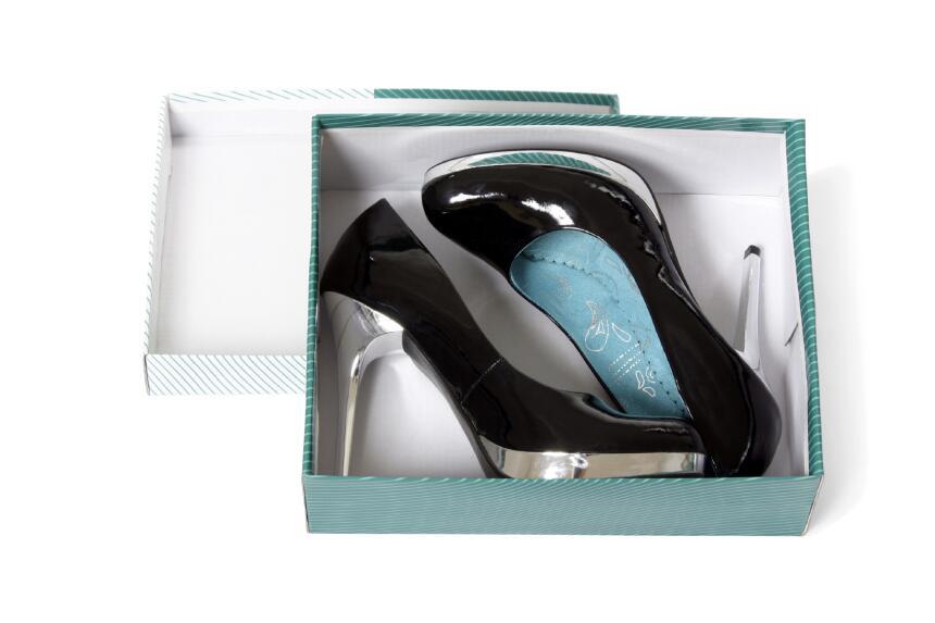 Un secreto para hacer que los zapatos nuevos se aflojen es introducirlos...