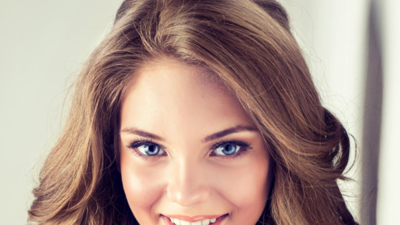 Mujer joven maquillada