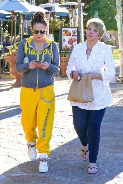 J.Lo atendía sus mensajes mientras paseaban entre tiendas. Mira a...