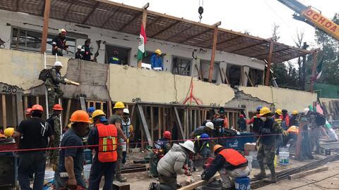 Equipos de búsqueda y rescate trabajan en el colegio Enrique R&ea...