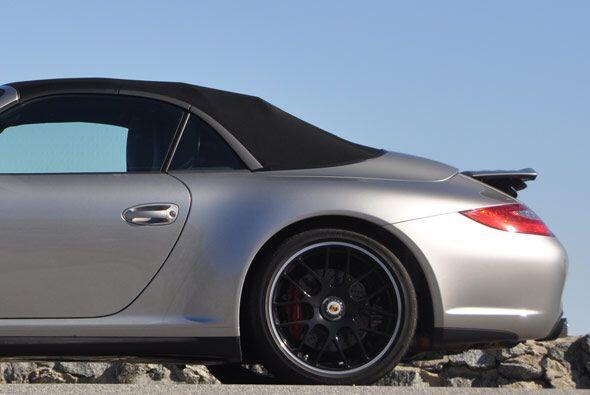 El 911 Carrera GTS equipa sistema de tracción trasera y una carrocería m...
