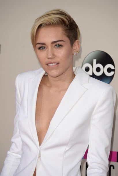 Miley Cyrus también di ode qué hablar ocn este discreto, pero profundo e...