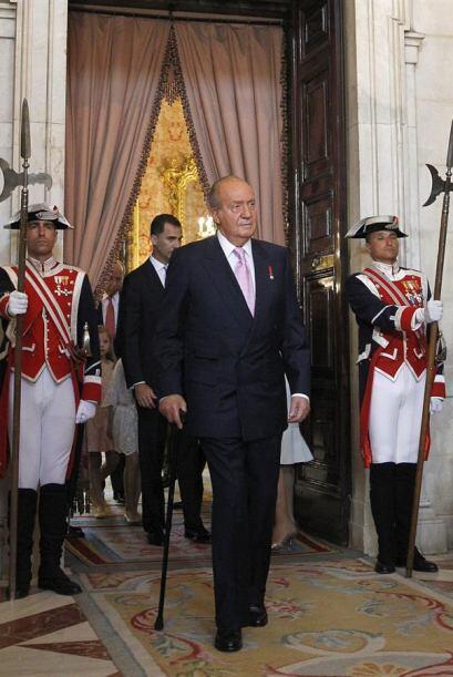 El Rey Juan Carlos entra al Salón de Columnas del Palacio Real.