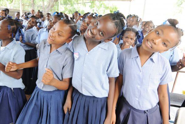 En otros lugares de Puerto Príncipe, los salones de clase instalados baj...