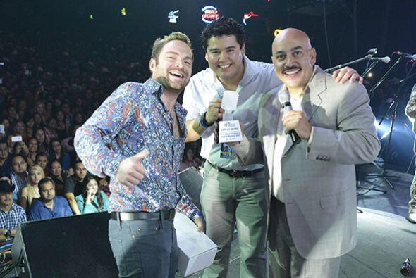 """Mario """"El Borrego"""" y Beto Morales subieron a entregarle el reconocimient..."""