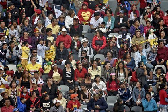 Las gradas del Estadio Azteca se llenaron de colores, antenitas de Chapu...