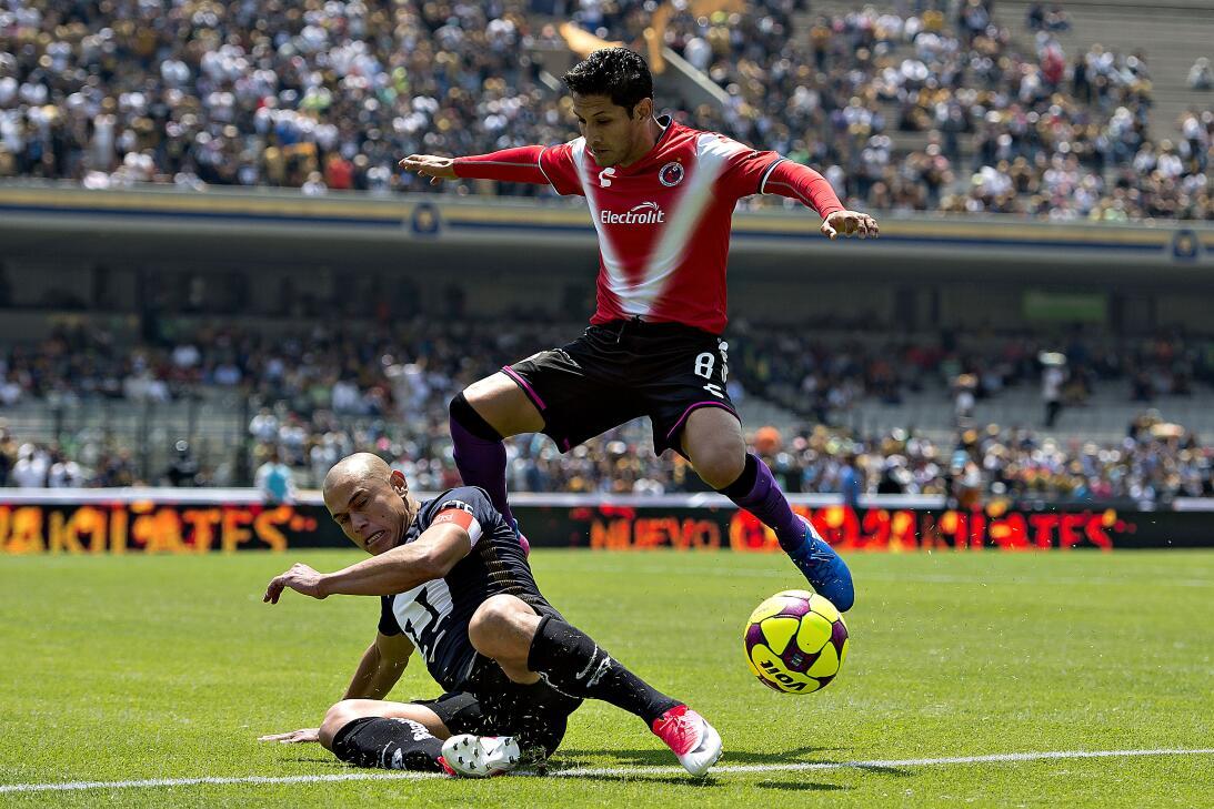 Los Pumas se hunden ante un Veracruz que toma oxígeno. Dario Veron de Pu...