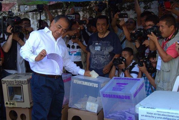 El candidato priista al gobierno de Guerrero, Héctor Astudillo Flores, e...