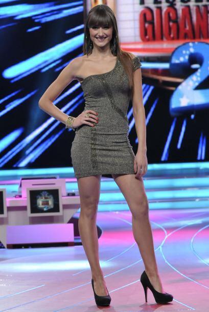 La española gusta presumir sus piernas largas.