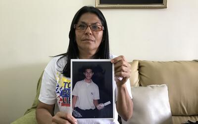 Alis Flores, la madre de Carlos Ramirez, muestra una foto que guarda de...