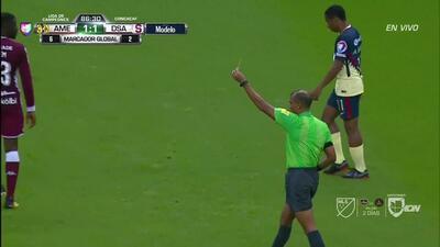 Tarjeta amarilla. El árbitro amonesta a Carlos Vargas de América