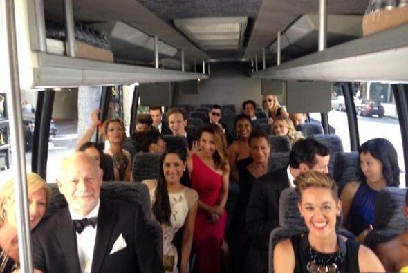 ¡EmmyStyle! Los chicos de Netflix llegaron juntos y en camión. De lo mej...