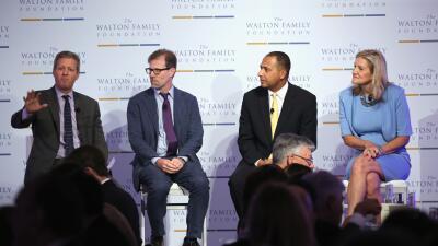 A la izquierda, y hablando, Marc Stemberg, de la Walton Family Foundation