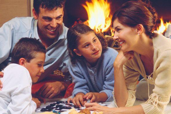 Juegos en familia. Ten en casa un buen juego de mesa, para que tu famili...