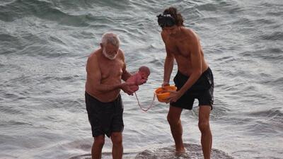 El asombroso momento en que una mujer da a luz en las aguas del mar Rojo