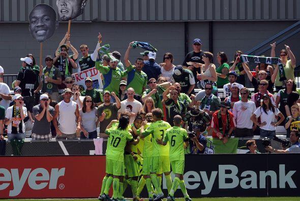 10 de julio, 2011: Seattle Sounders celebra su primer triunfo sobre su a...