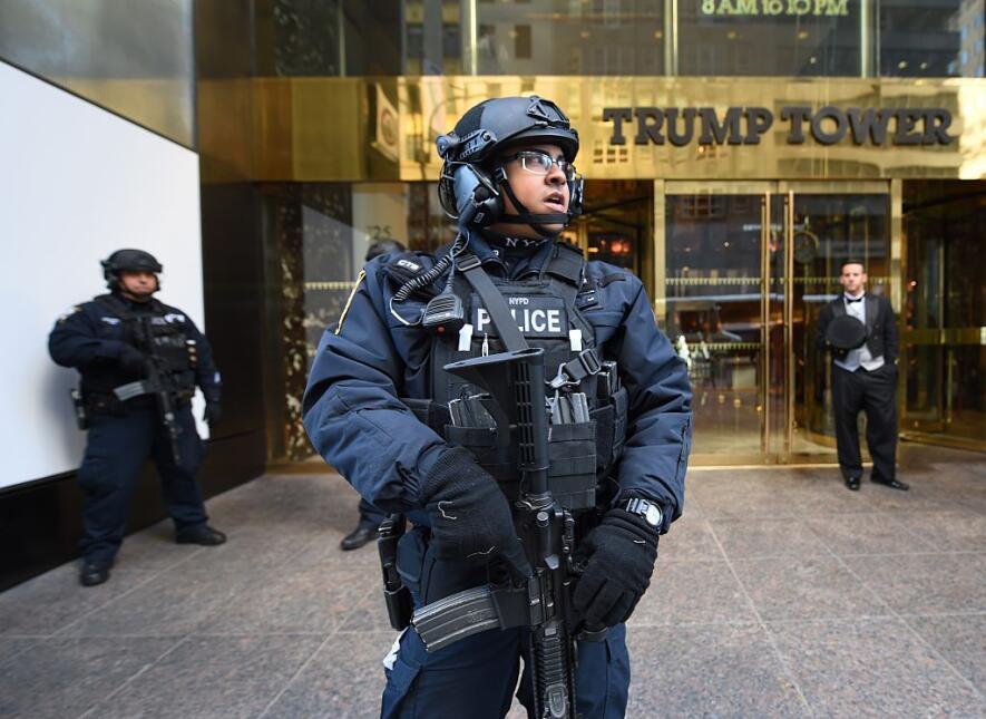 La imagen de la entrada a la Torre Trump incluye policías con armas larg...