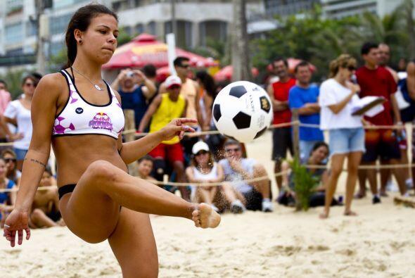 El juego playero más popular de Río causa furor entre las jóvenes carioc...