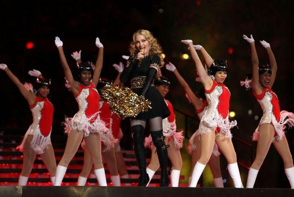 Madonna cantó su nuevo tema Give me all you luvin'.