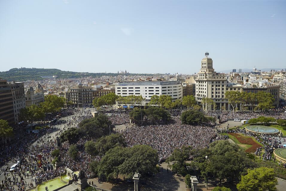 Cerca de 100,000 personas se concentraron, celebrando un minuto de silen...