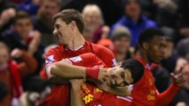 Se nota el buen ambiente entre los 'Reds', aquí en el festejo de Gerrard...