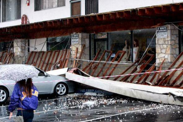 Este balcón de un edificio en Long Beach cedió tras el paso de la tormen...