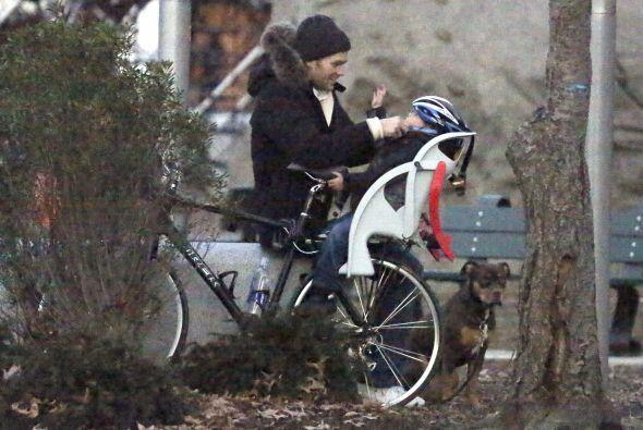 El jugador de la NFL llevó a su hijo Ben en bicicleta.  Aquí los videos...