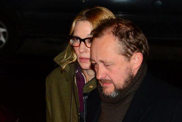 Cate Blanchett llegó con su esposo. Más videos de Chismes aquí.