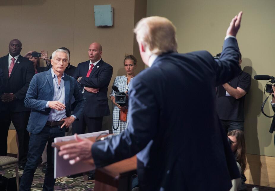 Jorge Ramos durante la rueda de prensa en la que confrontó a Donald Trum...