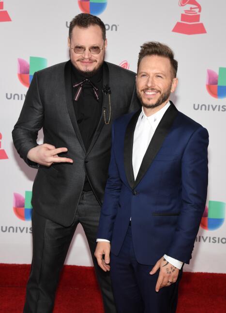 Leonel García y Noel Schajris, del grupo Sin Bandera, vistieron un traje...