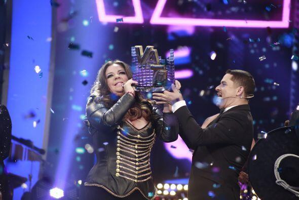 Y Larry le entregó el trofeo de Va Por Ti.