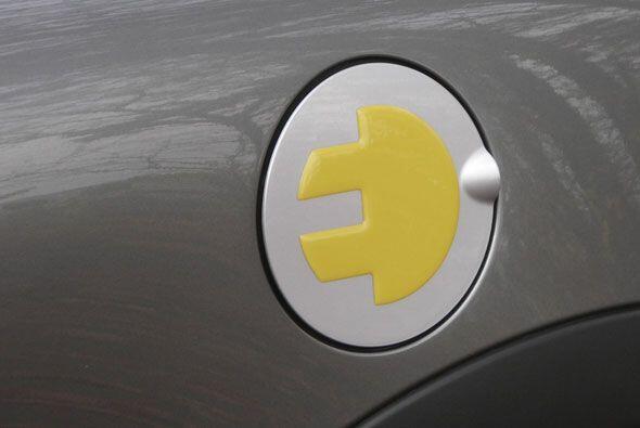 El enchufe en el que se carga el auto se encuentra donde usualmente está...