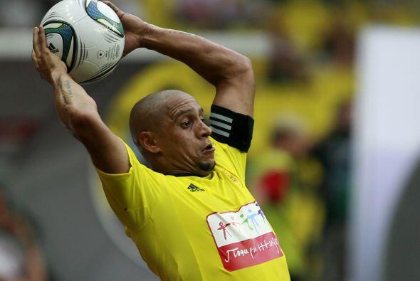 ¿Lo conoce? Sí, es él, Roberto Carlos sacando el balón con las manos en...