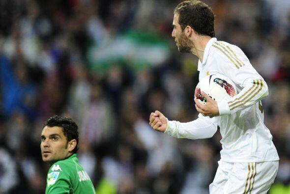 El 'Pipita' no perdía tiempo y tomaba el balón para ir por más goles.