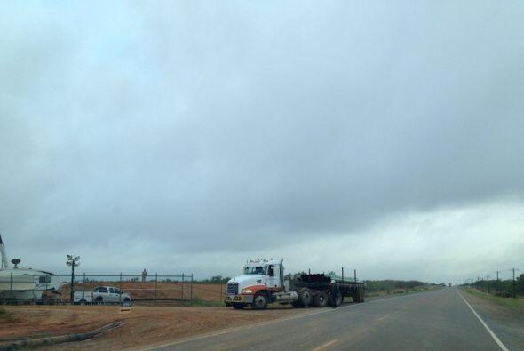 Carretera rural del condado Dimmit que da acceso a la industria petrolera