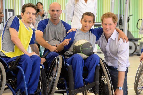 El príncipe se quedó a un partido de básquetbol que jugaron los paciente...
