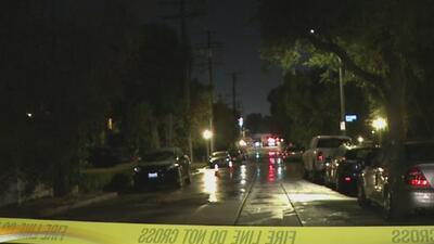 Reportan varias calles cerradas en el área de Sherman Oaks por la ruptura de una tubería