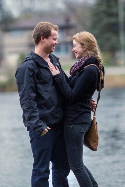 El momento en el que esta pareja se comprometió fue captado desde un bas...