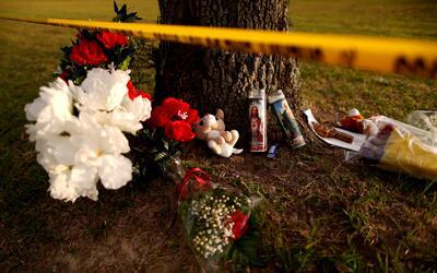 Flores y velas en memoria a las 10 víctimas mortales del tiroteo...